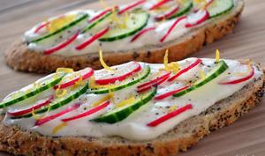 Tartines au fromage blanc, concombre et radis