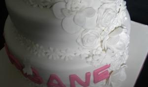 Un gâteau de communion tout blanc en pâte à sucre