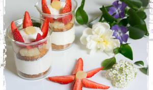 Verrines fleurs aux fraises, à la mousse d'ananas et aux gâteaux bretons