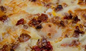 Pizza au Brie, aux tomates séchées et aux noix