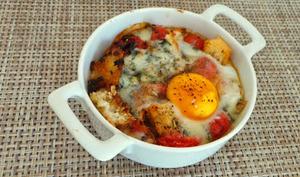 Oeufs cocotte aux tomates confites, pain croustillant et roquefort