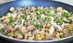 Fèves fraîches en ragoût, aux oeufs, lard, viande séchée, manioc