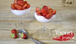 Coupe yaourt grec aux fraises, confiture maison et biscuits façon tiramisu allégé