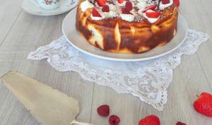Gâteau au fromage blanc, fraises et framboises