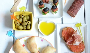 Pan tumaca, empanadas thon olives, brochettes chorizo fromage olives noires