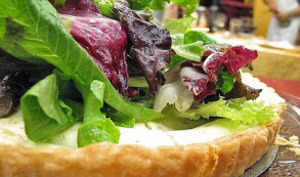 Tarte au fromage blanc, lardons, oeufs et oignons grillés