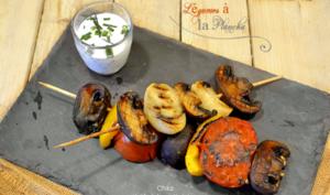 Brochette de légumes de saison à la plancha avec sauce yaourt grec et ciboulette