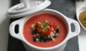 Soupe estivale de fraise-tomate au cumin, olives noires et huile d'olive