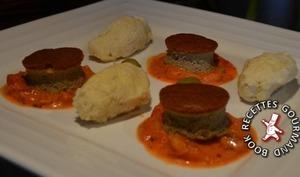 Gâteau de foie de volaille, quenelles de volaille et sauce tomate