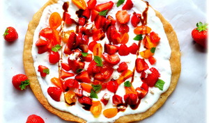 Pizza aux fraises, tomates, fêta et menthe
