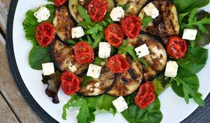 Salade d'aubergines grillées au balsamique, tomates confites et feta
