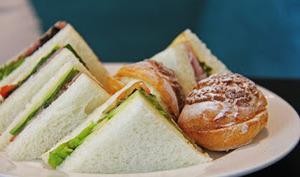 Sandwichs triangles au thon, tomates, salade, câpres, anchois, tramezzino