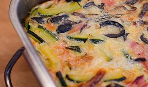 Clafoutis aux courgettes, au jambon et aux olives