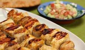 Brochettes de poulet marinées, épicées aux gingembre, massala, curcuma