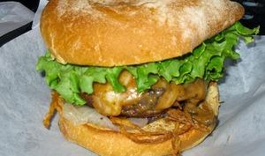 Hamburger de poulet épicé à l'indienne, aux cacahuètes et lait coco