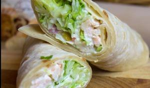 Wrap au poulet, macédoine, salade et mayonnaise