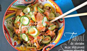 Taboulé en salade aux céréales, légumes croquants et saumon à la plancha