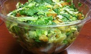 Salade verte au poulet , cornichons, oeufs durs...