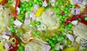 Asopao au poulet, riz, tomates, petits pois, épices