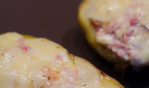 Pommes de terre farcies à la tête de moine et au speck