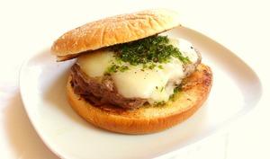 Hamburger Argentin au provolone et chimichurri