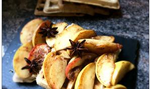 Gaufres à la farine de sarrasin et aux pommes caramélisées à la badiane