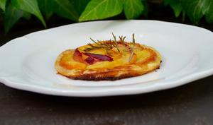Tartelettes fines aux pêches et nectarines au romarin