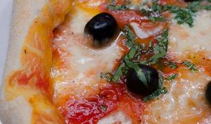 Pizza à la croûte de cheddar et de bacon, à l'ail et au basilic