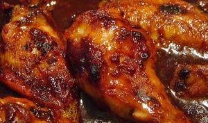 Poulet au miel, épicé grillé au barbecue sur planche de cèdre