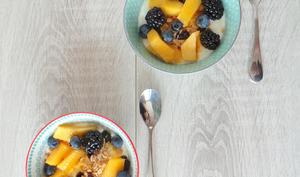 Yaourt aux fruits, granola et Golden Syrup