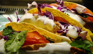 Tacos au thon et à l'avocat, guacamole, tomate, oignon rouge