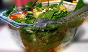 Salade d'épinards frais aux raviolis au fromage frits, aubergine, tomates
