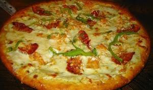 Pizza au poulet, oignons frits, mozzarella, curry