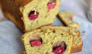 Cake au thé Matcha et aux framboises