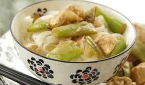Nouilles de riz au poulet et haricots plats