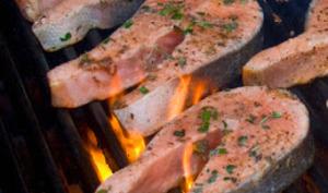 Saumon mariné au vin blanc et fines herbes, grillé au barbecue ou à la plancha