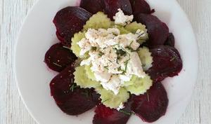 Salade de betteraves , concombre et chèvre frais