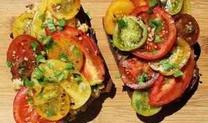 Bruschetta garnie comme une pita, aux tomates épicées et aux pois chiches