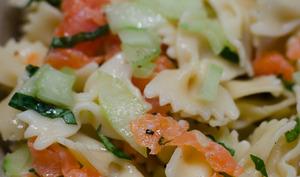 Salade de pâtes à la truite fumée et au concombre