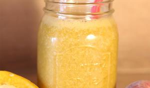 Jus de carottes, concombre, poivron jaune et pêche blanche