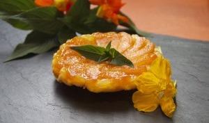 Tarte tatin à l' abricot, caramel fruits de la passion-sauge ananas