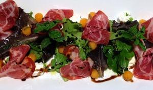 Salade gourmande melon-coppa-feta, huile d' olive à la menthe et crème de balsamique