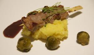 Brochettes de porc, sauce chocolat thym et polenta crémeuse