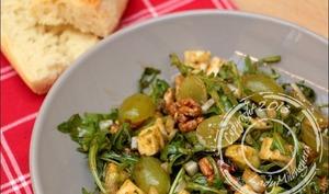 Salade de roquette à l'avocat au cantal au raisin et aux noix