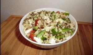 Salade de lentilles vertes, boulgour, poivron vert, tomates et chèvre