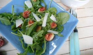 Salade de roquette aux figues et tome de brebis