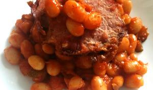 Haricots blancs frais à la sauce tomate et jambonneau grillé