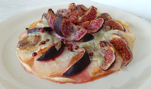 Tarte fine aux figues, poires et crème de St Agur