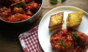 Ragù de saucisses italiennes et polenta grillée au parmesan