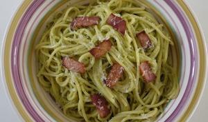 Spaghetti au pesto de persil et chips de jambon